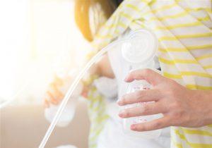 mãe extraindo leite materno