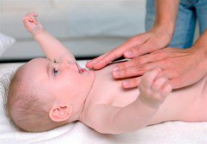Dicas para aliviar Cólica em bebê massagem