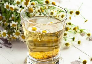imagem de um copo com chá de camomila